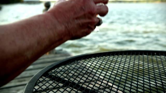 sorseggiando pesca brandy - brandy video stock e b–roll
