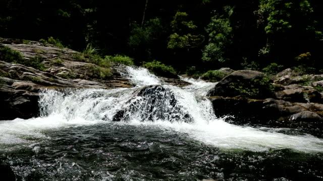 vídeos de stock, filmes e b-roll de paisagem da cachoeira da irmã, natureza da parte do sul da província de hainan, china - penedo