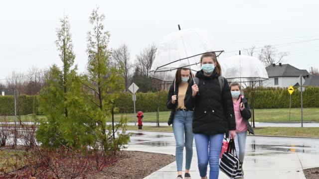 vidéos et rushes de les sœurs retournent à l'école après ou pendant la couverture-19 - enfant masque