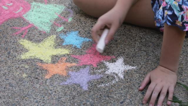schwestern tun kreide kunst auf der einfahrt - kreide weiss stock-videos und b-roll-filmmaterial