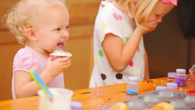 SIsters enjoy cupcakes video