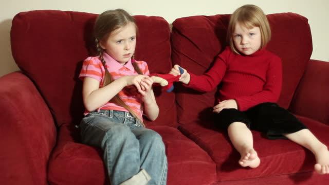 vídeos de stock e filmes b-roll de irmãs de combate - brigar