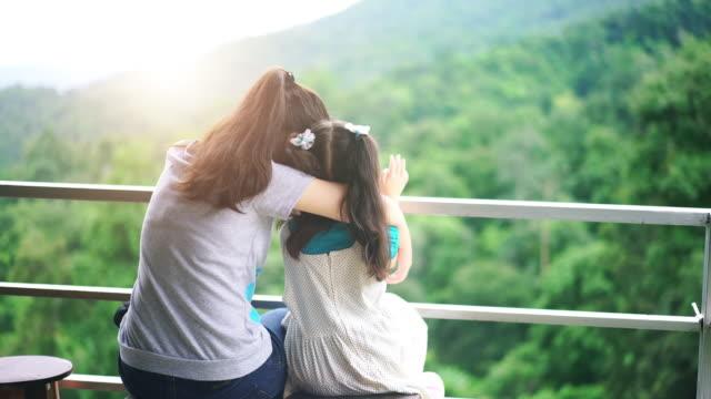 自然の中で抱いて姉妹 - 兄弟姉妹点の映像素材/bロール