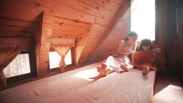 kız sabah yatak odasında tablet kullanma - dijital yerli stok videoları ve detay görüntü çekimi