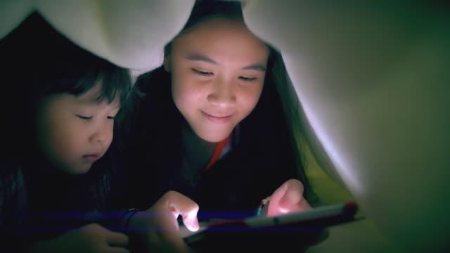 姉妹のタブレットを使用してのブランケット - タブレット端末点の映像素材/bロール