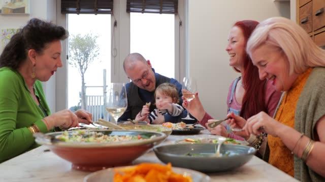 vidéos et rushes de assis à la table - diner entre amis