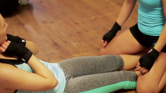 vídeos de stock e filmes b-roll de sit-ups with friends - boxe tailandês