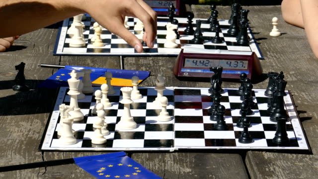 Siumultan chess for children and young people video