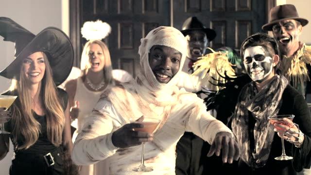 sechs multi-ethnischen erwachsenen kostümparty - halloween stock-videos und b-roll-filmmaterial