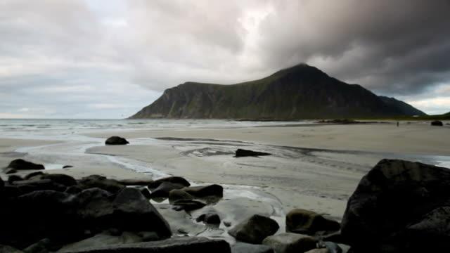 vídeos de stock e filmes b-roll de skagsanden beach on lofoten islands - arquipélago