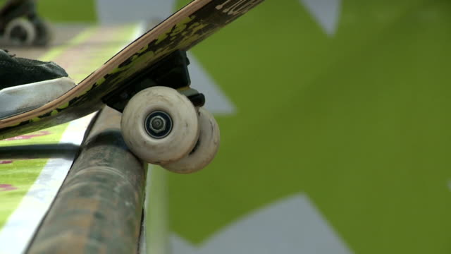 skateboard drop in rack focus - skateboard stock videos & royalty-free footage