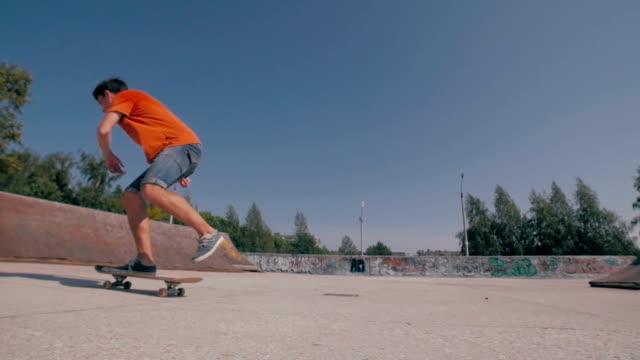 スケート ボードは失敗します。スケート ボード、ストリートでトリックを行う転倒のスケートボーダー。スローモーション - スケートボードをする点の映像素材/bロール
