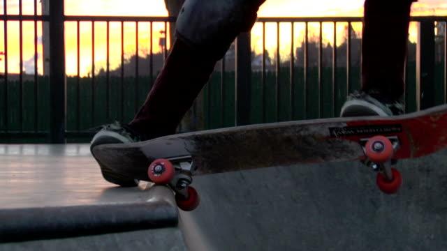 スケートボード粉&フロントサイドの雰囲気 - スケートボードをする点の映像素材/bロール
