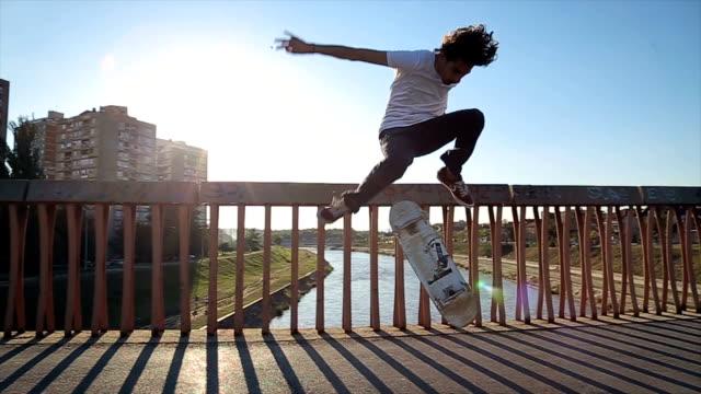 skateboarder tut einen skateboard trick - ollie - stunt stock-videos und b-roll-filmmaterial