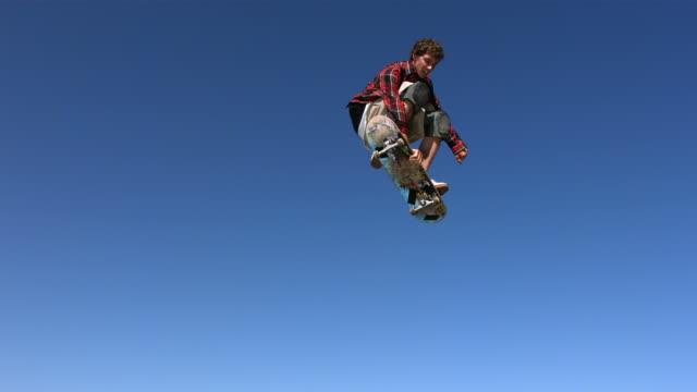 スケートボーダーは空気飛行機)、slow motion (スローモーション) - スケートボードをする点の映像素材/bロール