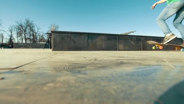 skateboardåkare ben ridning på rampen i soliga dag - skatepark bildbanksvideor och videomaterial från bakom kulisserna