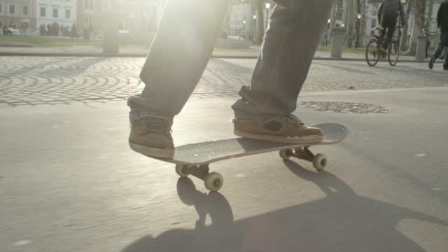 スローモーション: スケートボーダーが舞う - スケートボードをする点の映像素材/bロール