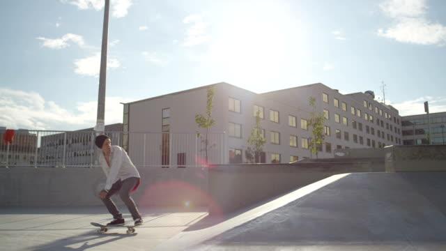 スローモーション: スケートボーダーの乗馬やジャンプ skatepark - スケートボード点の映像素材/bロール