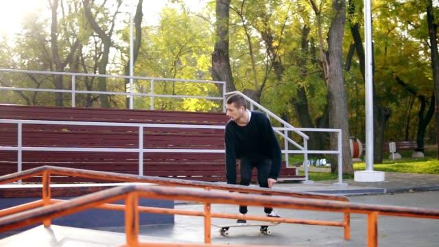 スケート ボードとジャンプのスケートボーダーを裏返してパイプとコンクリートの街に落ちてトリック。落ちるとクラッシュのスケート ボードとキックフ リップ トリックをジャンプのスケートボーダー。スローモーション撮影 - スケートボードをする点の映像素材/bロール