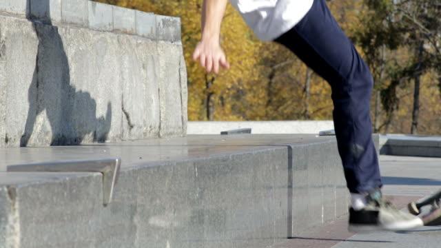 skateboarder spróbować grind trick na półce i spada na granitu - łyżwa filmów i materiałów b-roll