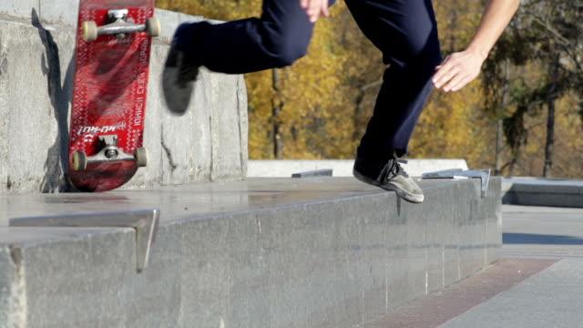 skateboarder spróbować grind trick na półce i upadku, slowmotion - łyżwa filmów i materiałów b-roll