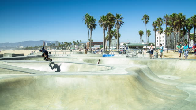 skateboardåkning på venice beach - tidsfördröjning - skatepark bildbanksvideor och videomaterial från bakom kulisserna