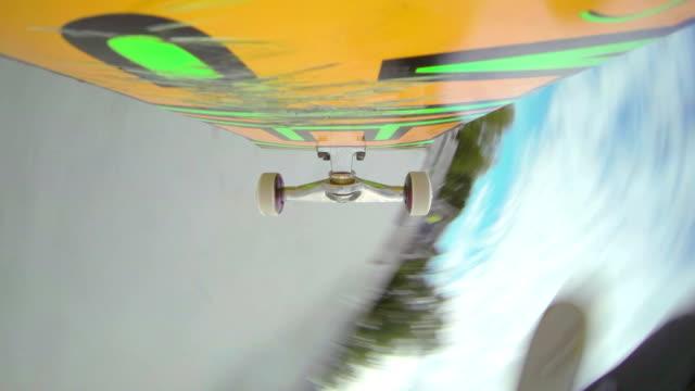 kamera unter dem skateboard: skateboarding in ein skatepark - skateboardfahren stock-videos und b-roll-filmmaterial