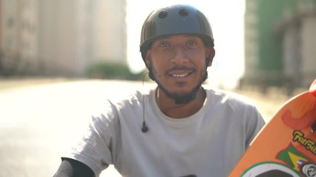stockvideo's en b-roll-footage met skateboarden portret van de levensstijl van de man op minhocao, sao paulo, brazilië - er even tussenuit