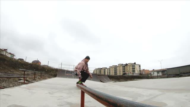skateboarding teenager man in skatepark extreme sport in slow motion 4k. taken on gopro 6 black - parapetto barriera video stock e b–roll
