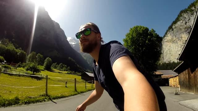 skateboarding durch ein ikonisches schweizer tal - kanton bern stock-videos und b-roll-filmmaterial