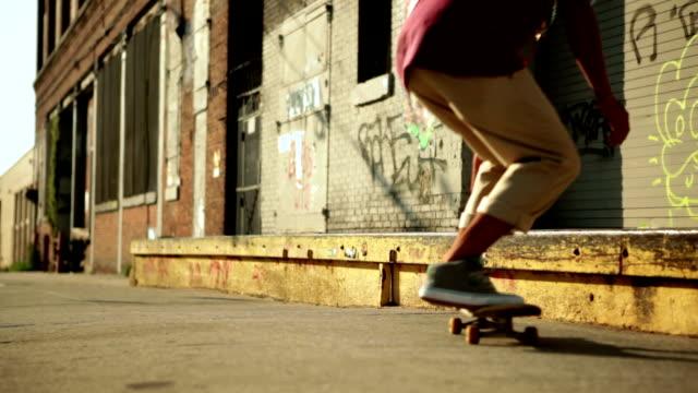 のトリックを行うスケーター - スケートボードをする点の映像素材/bロール