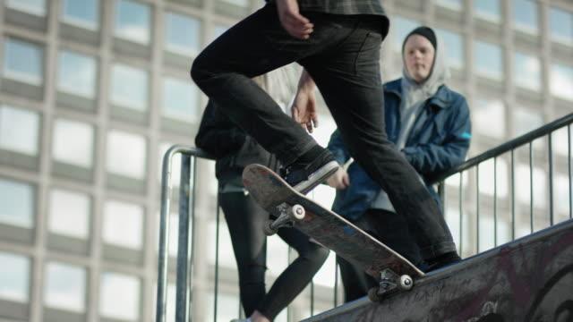 skater hoppar av rampen - skatepark bildbanksvideor och videomaterial från bakom kulisserna