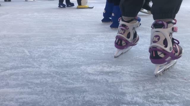 skating on artificial ice - łyżwa filmów i materiałów b-roll