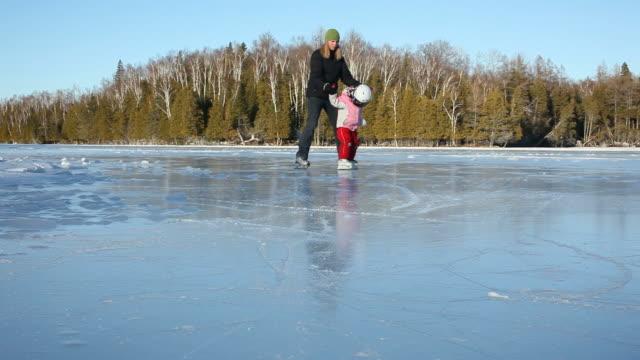 sportowe na jezioro - łyżwa filmów i materiałów b-roll