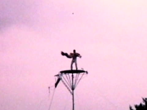 eislaufen auf der plattform von 1960 film - stuntman stock-videos und b-roll-filmmaterial