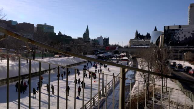 vídeos y material grabado en eventos de stock de patinaje sobre el canal rideau durante winterlude en ottawa, canadá. - estrecho