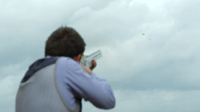 Ein Skeet-Shooter trifft in Zeitlupe auf das Ziel. – Video