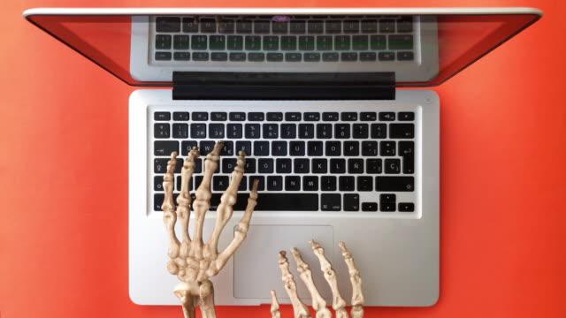 dizüstü bilgisayarda yazan iskelet eller. - i̇nsan i̇skeleti stok videoları ve detay görüntü çekimi
