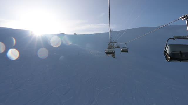 ski chairlift stiger skidbacken, vinter snö - grindelwald bildbanksvideor och videomaterial från bakom kulisserna