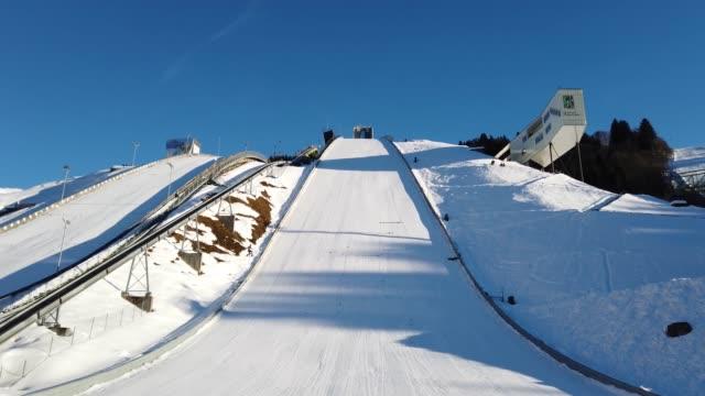 salto con gli sci a garmisch-partenkirchen, baviera, germania - campionato video stock e b–roll