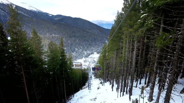 kış gününde telesiyej sandalyeleri. kayak beldesinde modern sandalye telesiyeji. insanlar kayak koltuğu dağlar yukarı asansör binmek, sinematik steadicam geri görünümü - coğrafi konum stok videoları ve detay görüntü çekimi