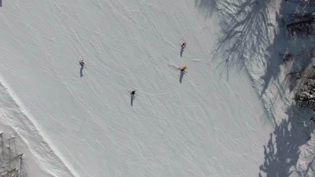 ski-menschen im gebirge - freizeitaktivität im freien stock-videos und b-roll-filmmaterial