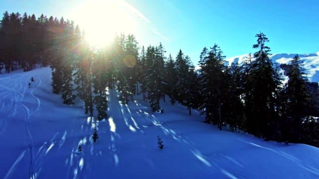 vídeos y material grabado en eventos de stock de pista de esquí en un día soleado. actividad de ocio - terreno extremo