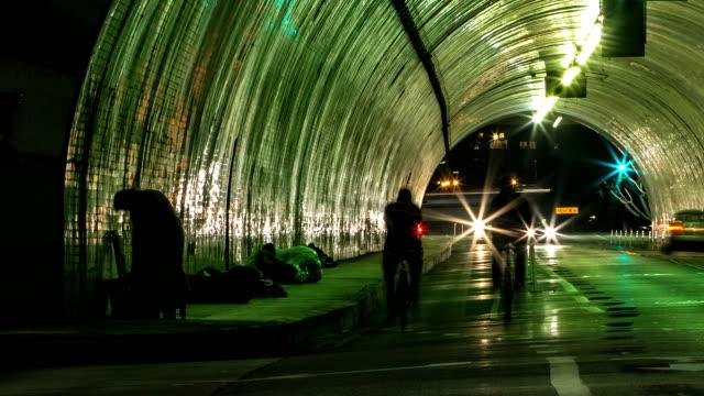 Skid Row túnel Homeless hombre Timelapse de tráfico - vídeo