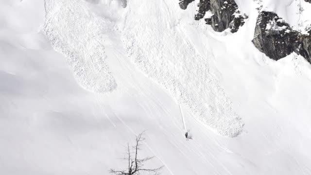 stockvideo's en b-roll-footage met skier escapes avalanche - er even tussenuit