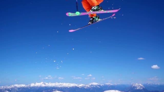 rallent sciatore un salto un 360° - sci freestyle video stock e b–roll