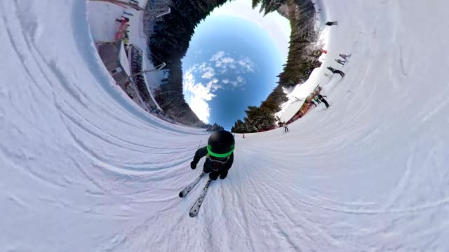 skier riding in a 360 degree view on a snowy mountain - adrenalina video stock e b–roll