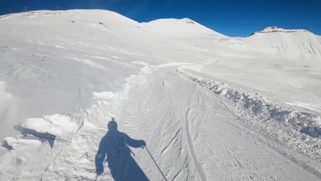 sciatore in pista da solo. - full hd format video stock e b–roll
