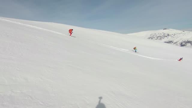 skiing snow powder down mountain - sci sci e snowboard video stock e b–roll