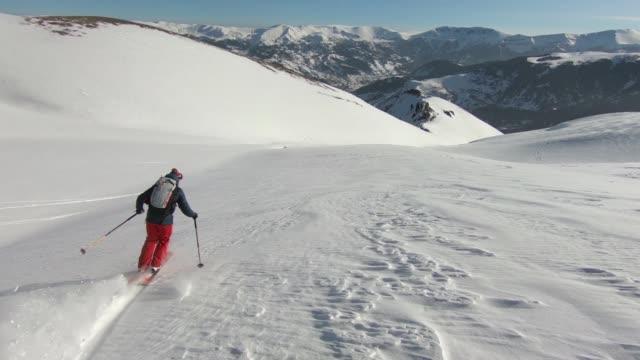 skidåkning snö pulver ner berget - endast en medelålders man bildbanksvideor och videomaterial från bakom kulisserna